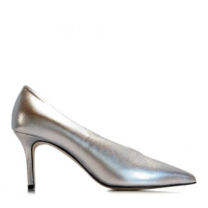 Leather pumps with oval neckline